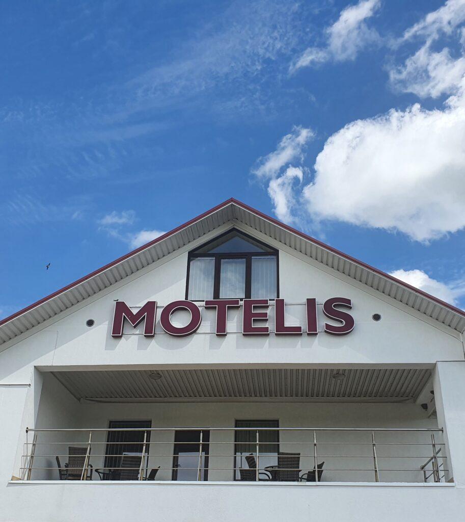 """Pakelės Namai"""" Motelis, Balkonas su išbakaba. Motelis Pasvalio apskrytije"""